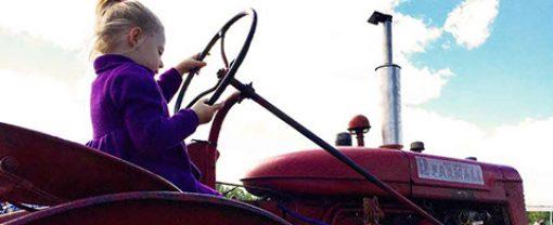 girl-tractor-backlight-crop-150-opt-u70288-fr